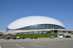 索契,俄罗斯, 2016年3月, 01日 没人,在Bolshoi附近的汽车在Olimpic公园冰冰球的宫殿 图库摄影