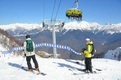 索契,俄罗斯, 2016年2月, 27日 滑雪者选择下降的路线在滑雪胜地罗莎Khutor 免版税图库摄影