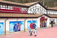 索契,俄罗斯, 2016年3月, 03日 滑雪胜地罗莎Khutor,商店博斯科体育 免版税图库摄影