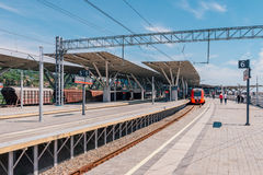 索契,俄罗斯, 2015年5月3日:在奥林匹克公园驻地的Lastochka火车 免版税库存照片
