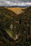索契,俄罗斯, 2016年10月26日:Agura峡谷和瀑布全景  免版税库存图片