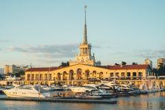 索契,俄罗斯- 2016年7月14日:与停泊小船的海口大厦在索契,俄罗斯 库存图片