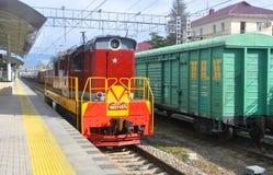 索契,俄罗斯- 2016年10月21日:在火车站的转轨的机车ChME3 库存照片