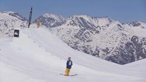 索契,俄罗斯- 2016年4月2日:挡雪板幻灯片倾斜 上涨 手段滑雪 山风景  有效的体育运动 影视素材