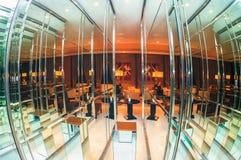 索契,俄罗斯- 2014年2月26日:Rixos旅馆休息室摘要与现代家具和舒适的设置轮的镜子内部 免版税库存图片