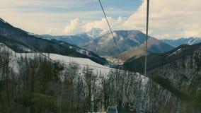 索契,俄罗斯- 1月19 :缚住在滑雪胜地索契, Roza Khutor的缆车 股票录像