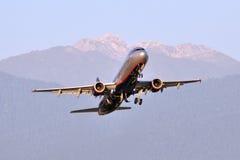 索契- 9月12 :飞机起飞在机场索契在2012年9月12日 飞机空中客车苏航-俄语A321-211  库存照片