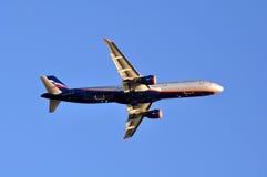 索契- 9月12 :飞机起飞在机场索契在2012年9月12日 飞机空中客车苏航-俄语A321-211  免版税库存照片