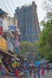 奔忙在一个印度寺庙门户下的街道 免版税库存照片