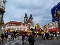 奔忙在圣诞节期间的布拉格街 免版税图库摄影
