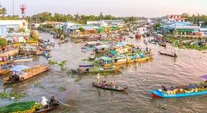 奔忙场面在河的早晨浮动市场 库存照片