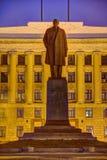 奔萨,俄罗斯- 2016年8月08日:在奔萨地区的政府的大厦的背景的列宁纪念碑 库存照片