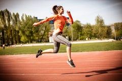 奔跑的美好的天 15个妇女年轻人 免版税库存图片