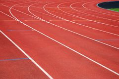奔跑红色轨道方式纹理在体育竞赛体育场backg的 免版税库存图片