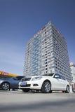 奔驰车在一个现代大厦,北京,中国前面停放了 免版税库存照片