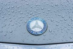 奔驰车敞篷象征在雨珠的在灰色背景 库存图片