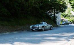 奔驰车190在一辆老赛车的SL 1956年在集会Mille Miglia 2017年 免版税库存图片