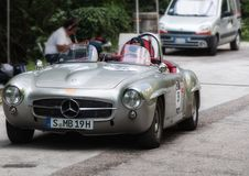 奔驰车190在一辆老赛车的SL 1955年在集会Mille Miglia 2017年 库存照片