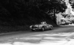 奔驰车190在一辆老赛车的SL 1956年在集会Mille Miglia 2017年 图库摄影