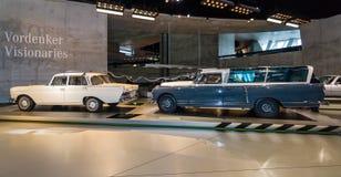 奔驰车220 S (W110)和奔驰车300 (W186)测量的汽车 免版税库存图片
