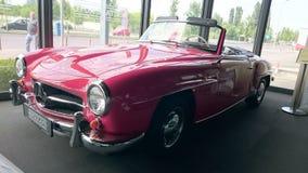 奔驰车300SL红色cabiolet减速火箭的汽车 免版税库存照片