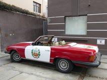 奔驰车450 SL 秘鲁旗子被绘 免版税图库摄影
