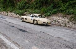奔驰车300 SL COUPÃ ‰ W 198 1954年在集会Mille Miglia 2017的一辆老赛车著名意大利历史种族1927-195 免版税库存照片