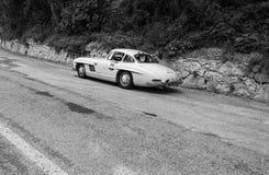 奔驰车300 SL COUPÃ ‰ W 198 1954年在集会Mille Miglia 2017的一辆老赛车著名意大利历史种族1927-195 免版税库存图片