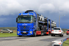 奔驰车Actros汽车运载船在交通拖拉新的汽车 免版税库存图片