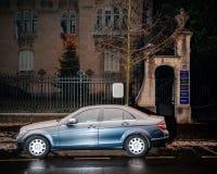 奔驰车C类在城市停放了为夜 库存图片