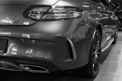 奔驰车C 300 AMG 4Matic小轿车的后面看法2018年 排气系统 汽车外部细节 黑色白色 免版税库存图片