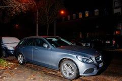 奔驰车E类汽车在晚上 免版税库存照片