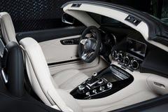 奔驰车GT-C白革内部仪表板详述敞蓬车 免版税库存照片