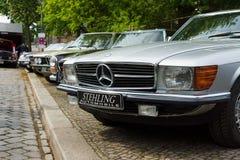 奔驰车R107和C107 (在前景) 免版税库存照片