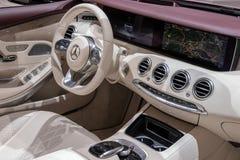奔驰车S 560敞蓬车汽车内部 免版税图库摄影