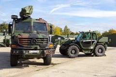 奔驰车Zetros卡车和Manitou MHT 950望远镜经理从德国军队,立场在平台 库存照片