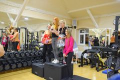 奖励参加者在跨战斗 健身霍尔斯坦 跨比赛竞争致力生日  免版税库存照片