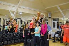 奖励参加者在跨战斗 健身霍尔斯坦 跨比赛竞争致力生日  图库摄影