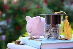奖学金和教育的财务 在教育概念的投资 免版税库存图片