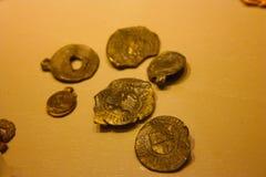 奖牌和古老硬币十五一百 库存图片