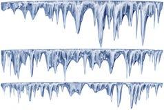 套一片蓝色树荫的垂悬的解冻冰柱 库存照片