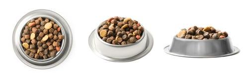 套三个盘烘干在白色背景隔绝的金属碗的宠物食品 上面,半和正面图 免版税库存照片
