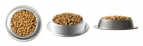 套三个盘烘干在白色背景隔绝的金属碗的宠物食品 上面,半和正面图 库存照片