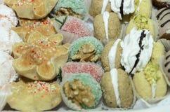套不同的传统酥皮点心手工制造在mikvah的一个假日之前在订婚前 免版税图库摄影