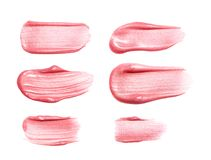 套不同的嘴唇光泽抹上在白色隔绝的样品 被弄脏的构成产品样品 免版税库存照片
