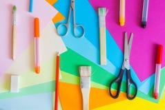 套不同的颜色毡尖的笔、铅笔、刷子和色纸 图库摄影