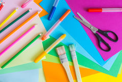 套不同的颜色毡尖的笔、铅笔、刷子和色纸 库存图片