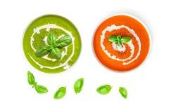 套与奶油的蕃茄和菠菜汤在有在白色背景隔绝的蓬蒿叶子的一个碗,顶视图 关闭 免版税库存图片