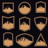 套与山的空的徽章在金黄样式 设计商标的,标签,象征,标志元素 免版税库存图片