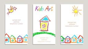 套与手图画的蜡笔孩子` s被画的五颜六色的卡片开花,彩虹,太阳,房子,在白色的信件 向量例证